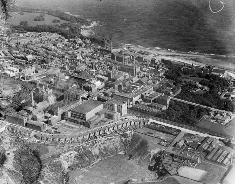 Kirkcaldy, general view, showing Nairn's Linoleum Works, Victoria Road and Ravenscraig Park.  Oblique aerial photograph taken facing south-east.  This image has been produced from a damaged negative.