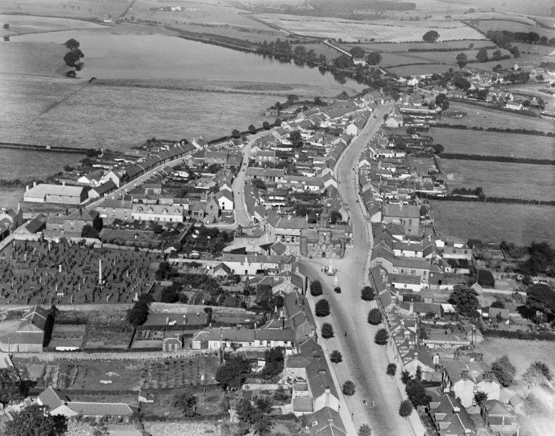 Lochmaben, general view, showing Town House and Queen Street.  Oblique aerial photograph taken facing north.