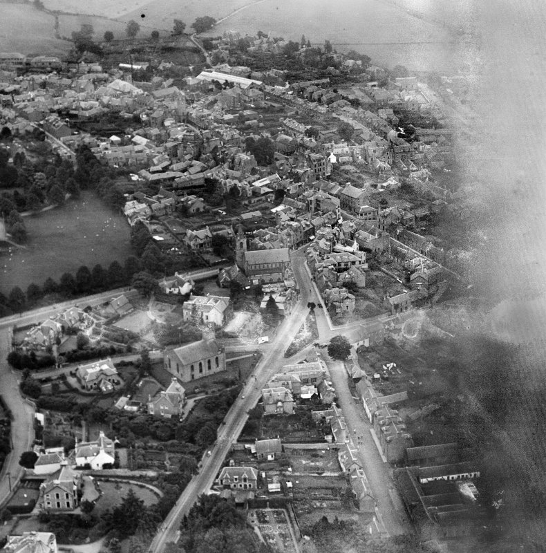 Crieff, general view, showing South United Free Church, Comrie Street and Coldwells Road.  Oblique aerial photograph taken facing south-east.