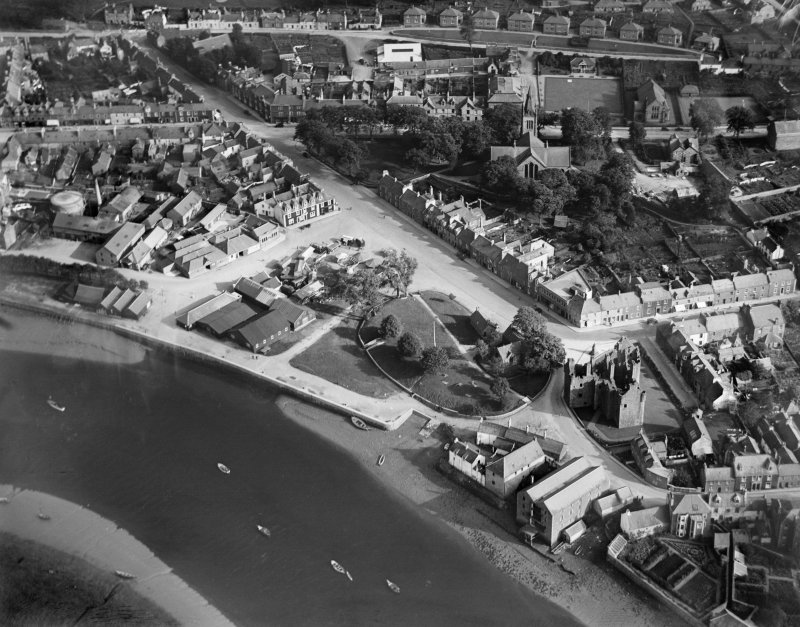 Kirkcudbright, general view, showing St Cuthbert Street and MacLellan's Castle.  Oblique aerial photograph taken facing south-east.