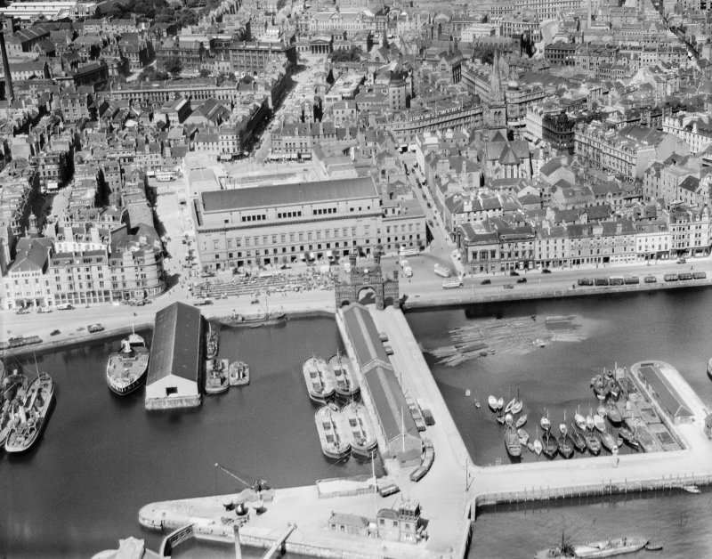 Dundee, general view, showing Victoria Royal Arch and Caird Hall.  Oblique aerial photograph taken facing north.