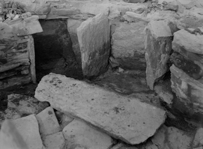 Excavation photograph: House2, Detail of wall recesses at E. end.