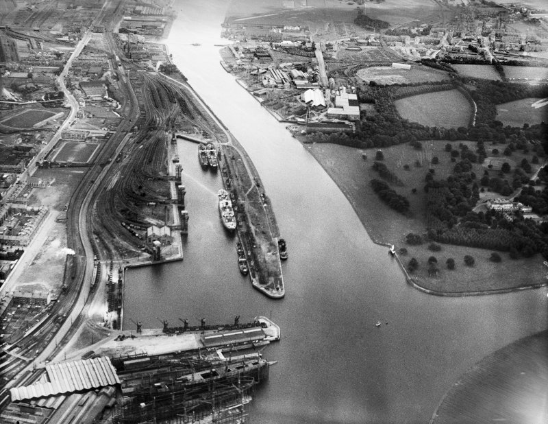 Clyde Navigation Trustees Rothesay Dock, Clydebank.  Oblique aerial photograph taken facing south-east.