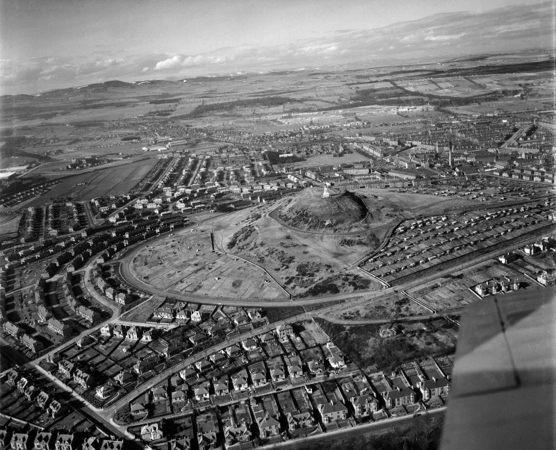 Dundee Law, Dundee.  Oblique aerial photograph taken facing north.