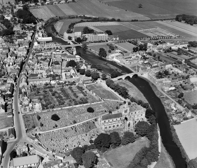 Haddington, general view, showing St Mary's Parish Church and Nungate Bridge.  Oblique aerial photograph taken facing north.