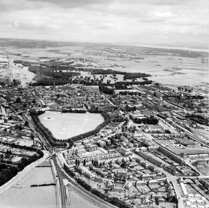 Alloa, general view, showing St Mungo's Parish Church, Bedford Place and West End Park.  Oblique aerial photograph taken facing east.