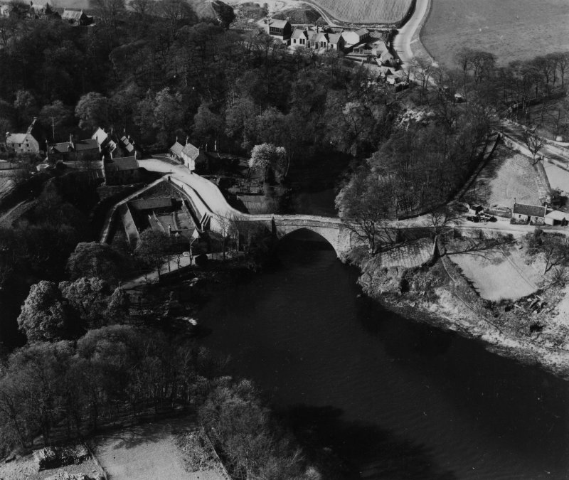 Brig o' Balgownie, Aberdeen.  Oblique aerial photograph taken facing north.  This image has been produced from a print.
