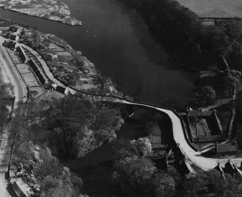 Brig o' Balgownie, Aberdeen.  Oblique aerial photograph taken facing south-east.  This image has been produced from a print.