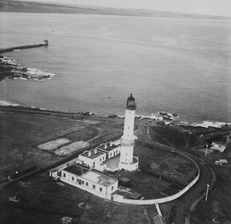 Girdleness Lighthouse, Greyhope Road, Aberdeen.  Oblique aerial photograph taken facing north.  This image has been produced from a print.