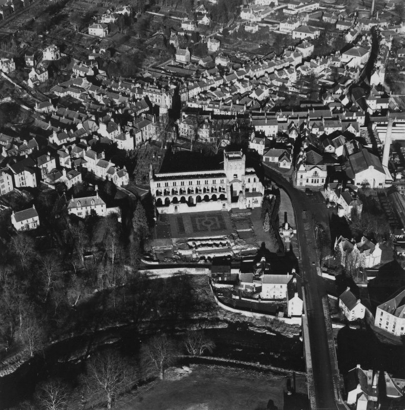Jedburgh, general view, showing Jedburgh Abbey and Market Place.  Oblique aerial photograph taken facing north.  This image has been produced from a print.