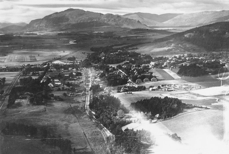 Kingussie, general view.  Oblique aerial photograph taken facing west.  This image has been produced from a marked print.