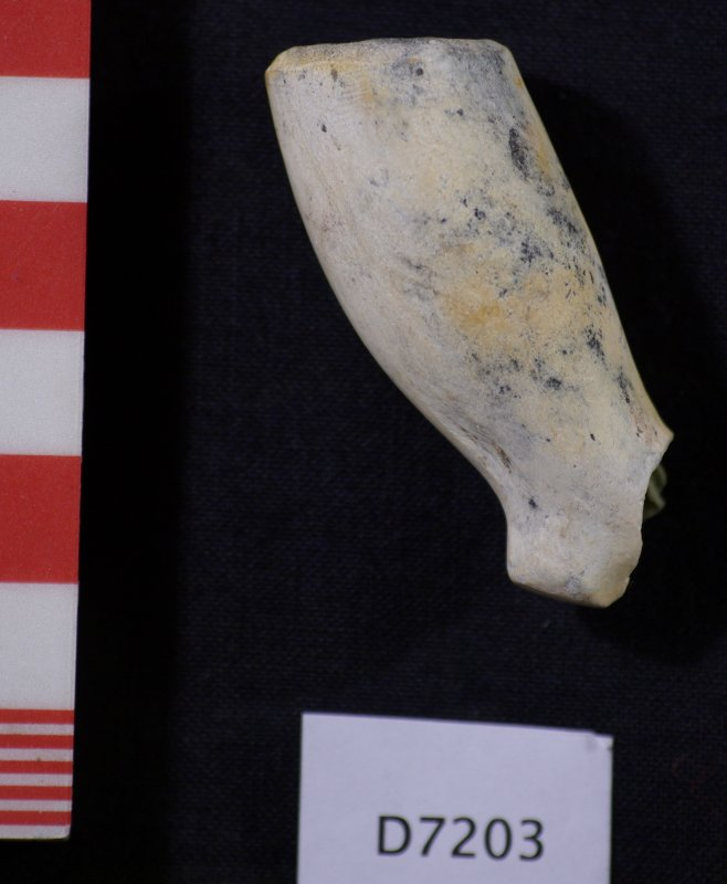 Clay pipe bowl, D7203 (HXD 020). Scale in centimetres.