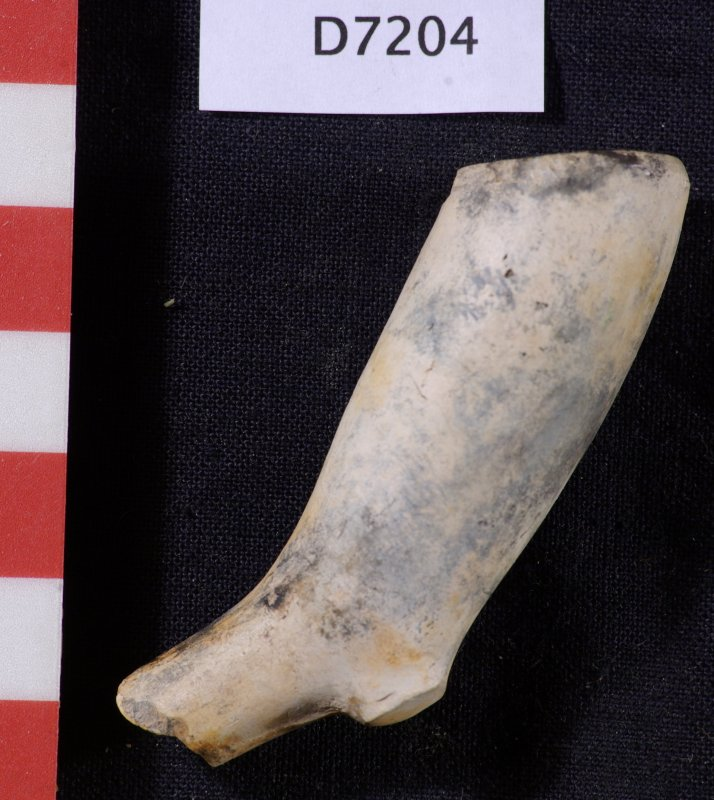 Clay pipe bowl and short piece of stem, D7204 (HXD 021). Scale in centimetres.