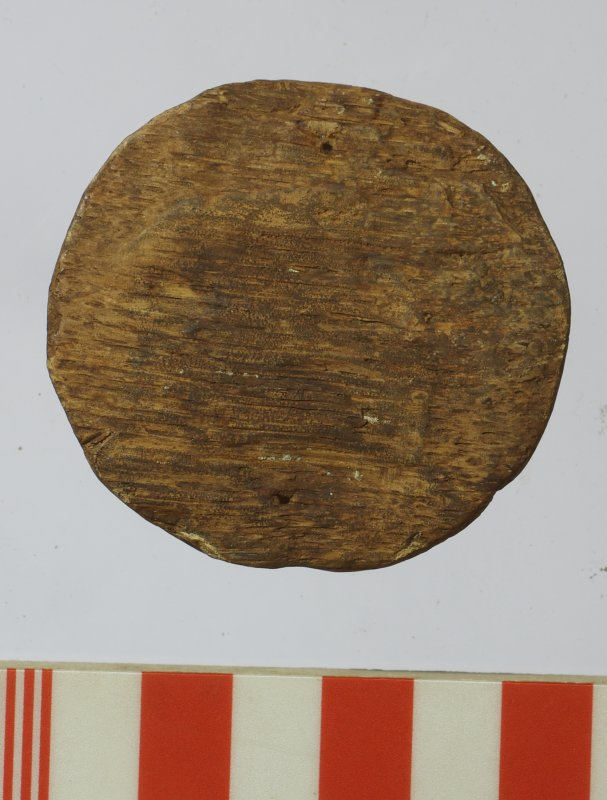 Wooden bung (HXD 495) with tapered sides. Top view. Scale in centimetres.