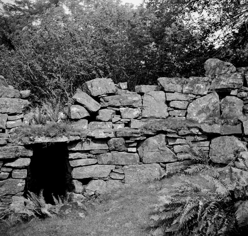 Caisteal Grugaig. Inner end of entrance passage, with aperture above the scarcement to right at level of lintel.