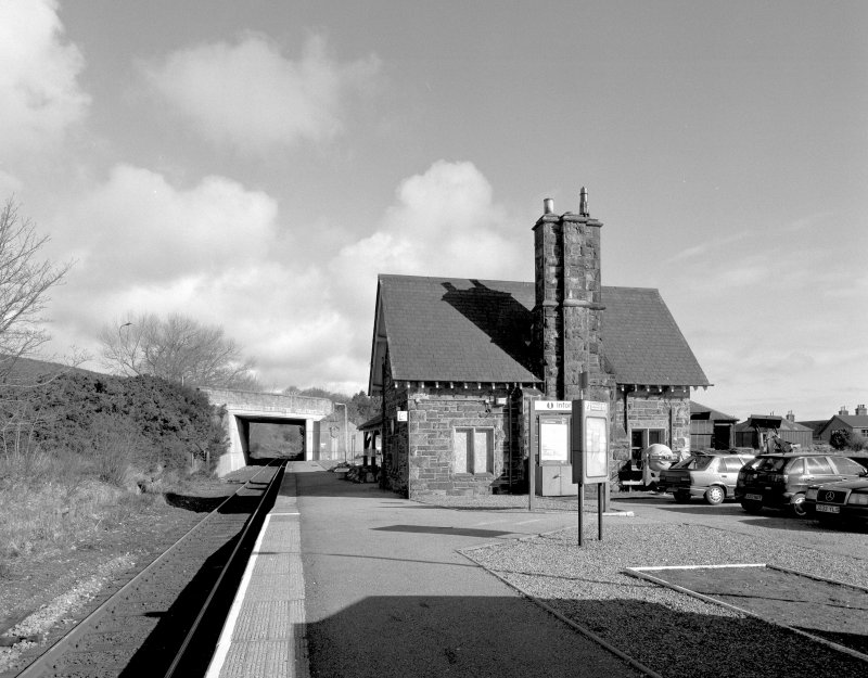 View from SSW along platform towards S side of station building