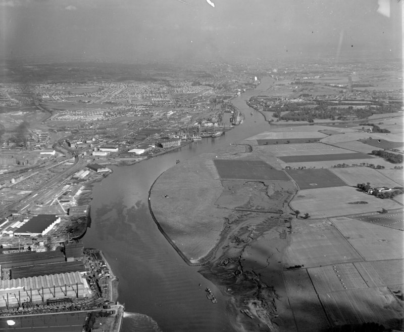The Clyde looking West Old Kilpatrick, Dunbartonshire, Scotland. Oblique aerial photograph taken facing East.