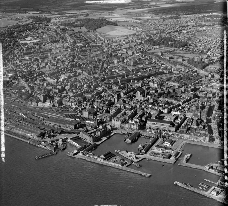 General View Dundee, Angus, Scotland. Oblique aerial photograph taken facing West. This image was marked by AeroPictorial Ltd for photo editing.