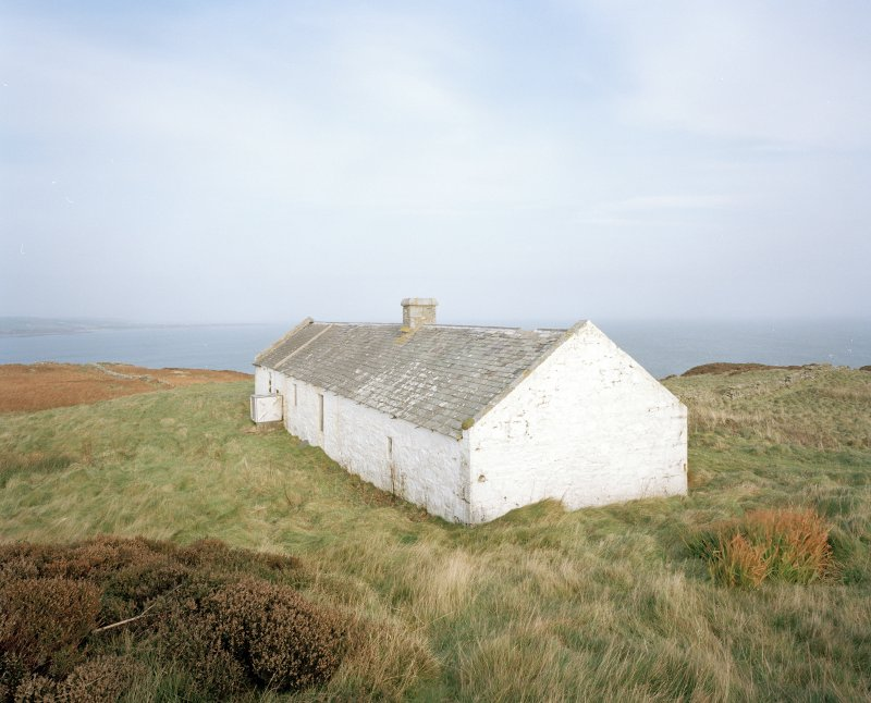 Elevated view from S of disused bothy, situated to the N of the inner lighthouse compound.  In 2000, there were plans to convert the bothy into a local heritage and wildlife centre.