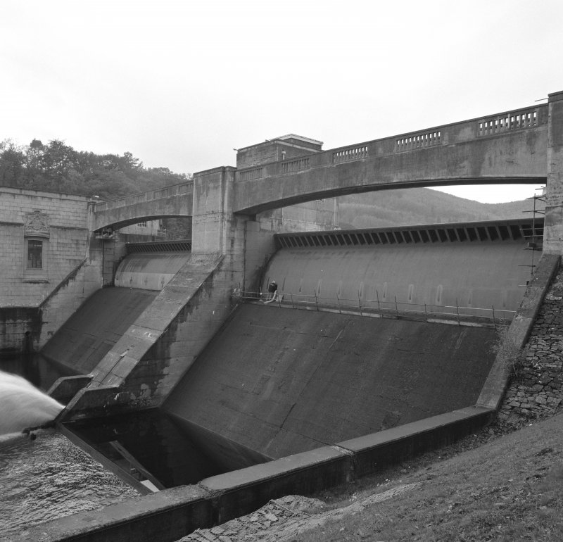 General view of spillways and automatic drum gates from N-N-E.