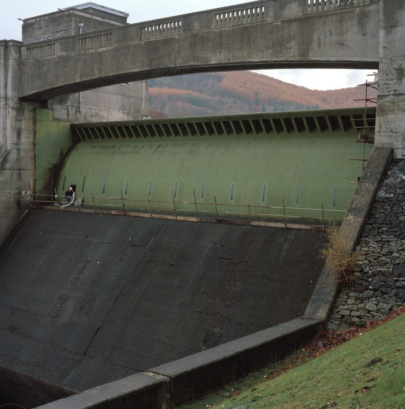 Detail of automatic drum gate and spillway from NNE during maintenance checks