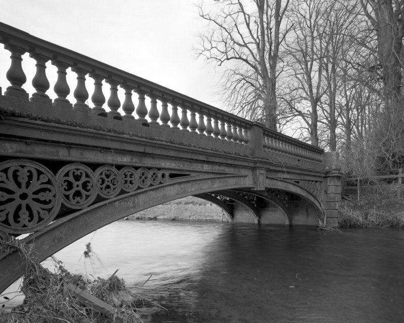Oblique view from SE showing E side of bridge, emphasising the cast-iron work, and in particular, the four ribs supporting the bridge