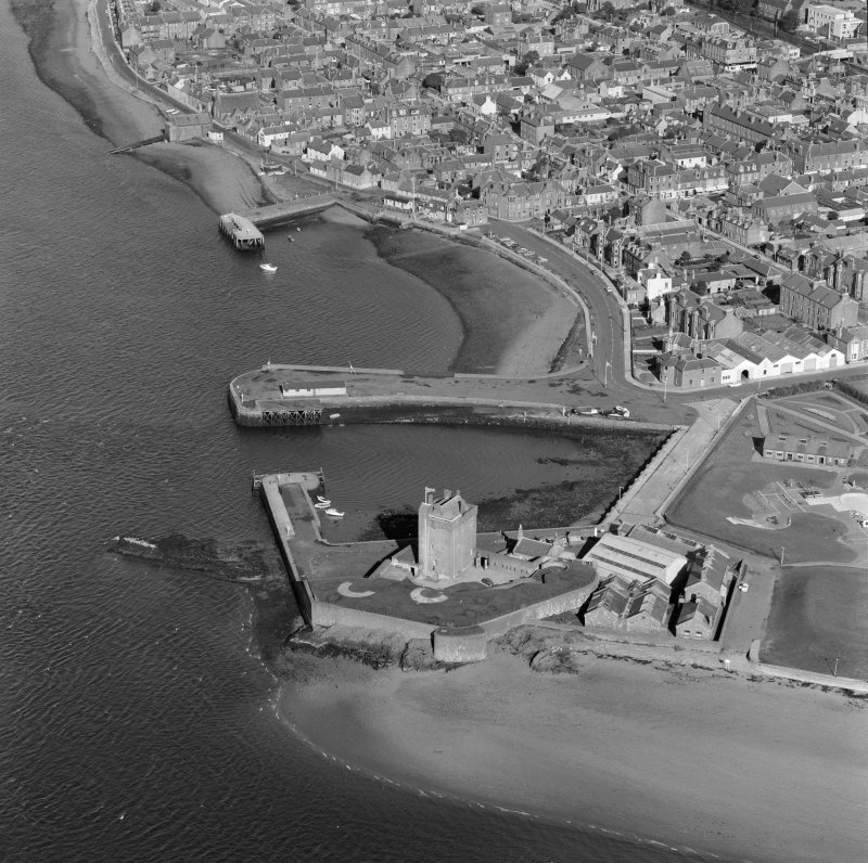 Oblique aerial view centred on Broughty Castle, Broughty Ferry, Dundee.