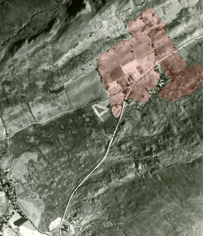 RAF aerial photograph of Auchindrain (106G/SCOT/UK 160, 21 Aug. 46, Image 4431) with outline of field-system