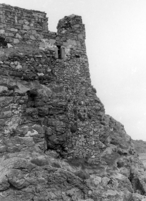 Dunyvaig Castle, Lagavulin Bay, Islay. View of Buttress and garderobe at East end of tower.