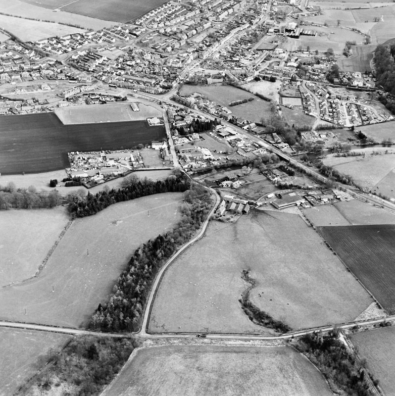 Oblique aerial view centred on the town, taken from the SW.