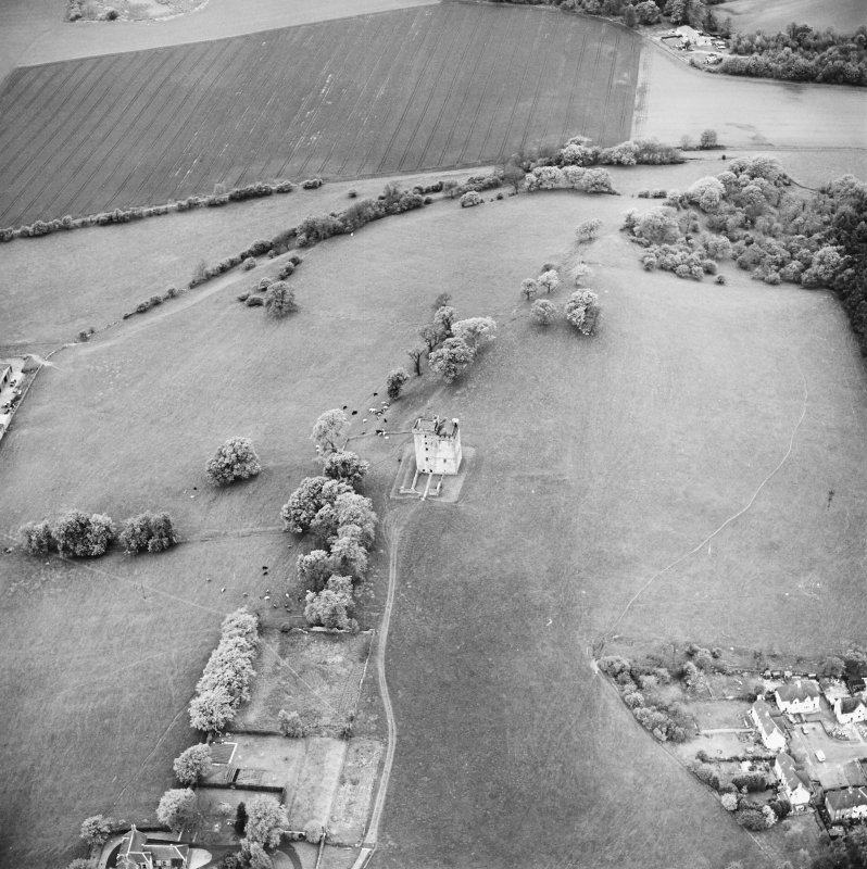 Oblique aerial view centred on Clackmannan Tower, taken from the E