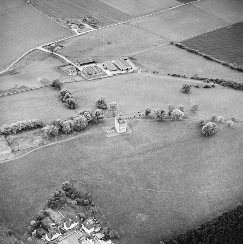 Oblique aerial view centred on Clackmannan Tower, taken from the NE