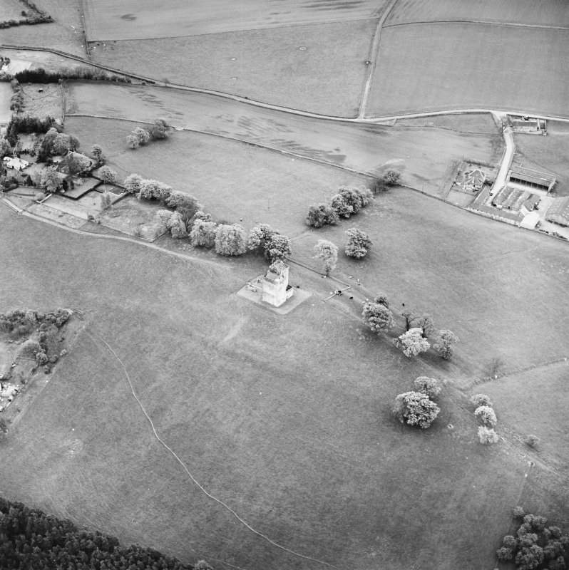 Oblique aerial view centred on Clackmannan Tower, taken from the N