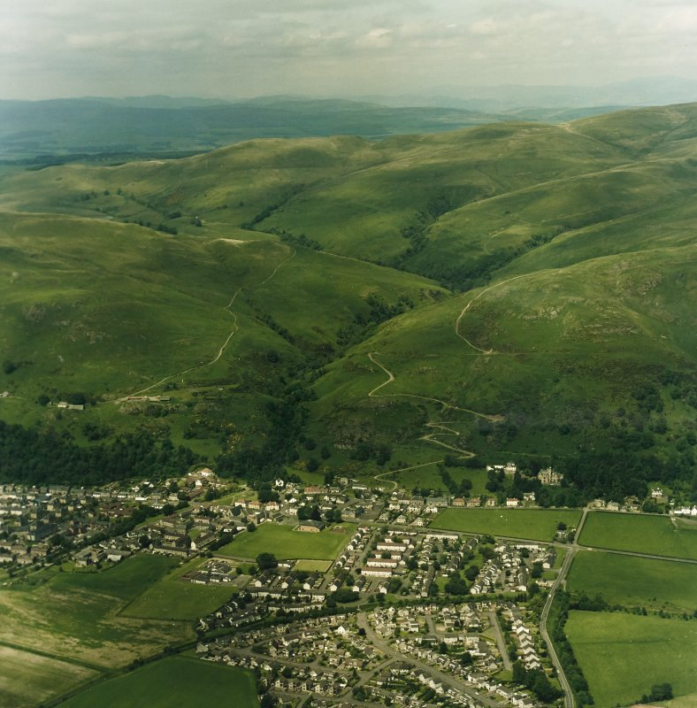 General oblique aerial view looking over Menstrie village towards Menstrie Glen, taken from the SE.