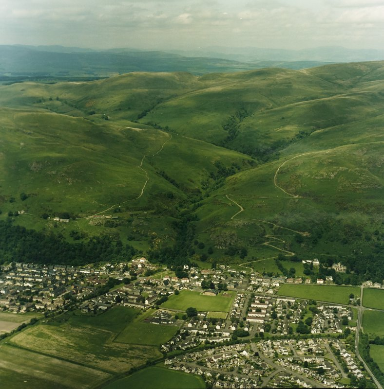 General oblique aerial view looking over Menstrie village towards Menstrie Glen, taken from the SSE.