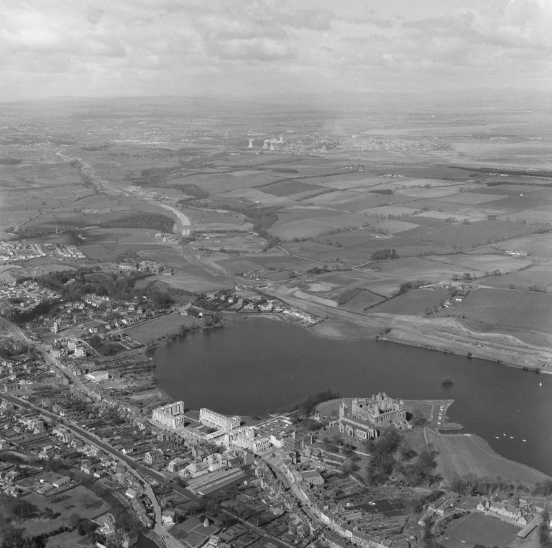 Oblique aerial view centred on Linlithgow Palace.