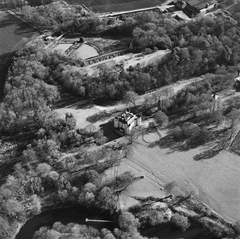Oblique aerial view centred on the castle and tower-house, taken from the NW.