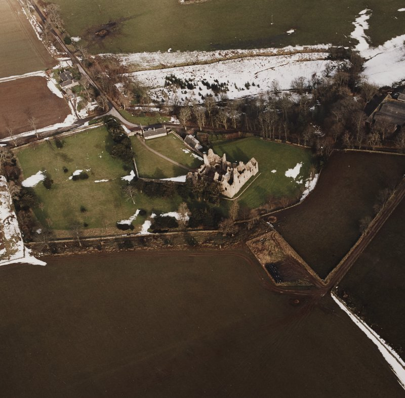 Oblique aerial view centred on the remains of the castle taken from the SW.