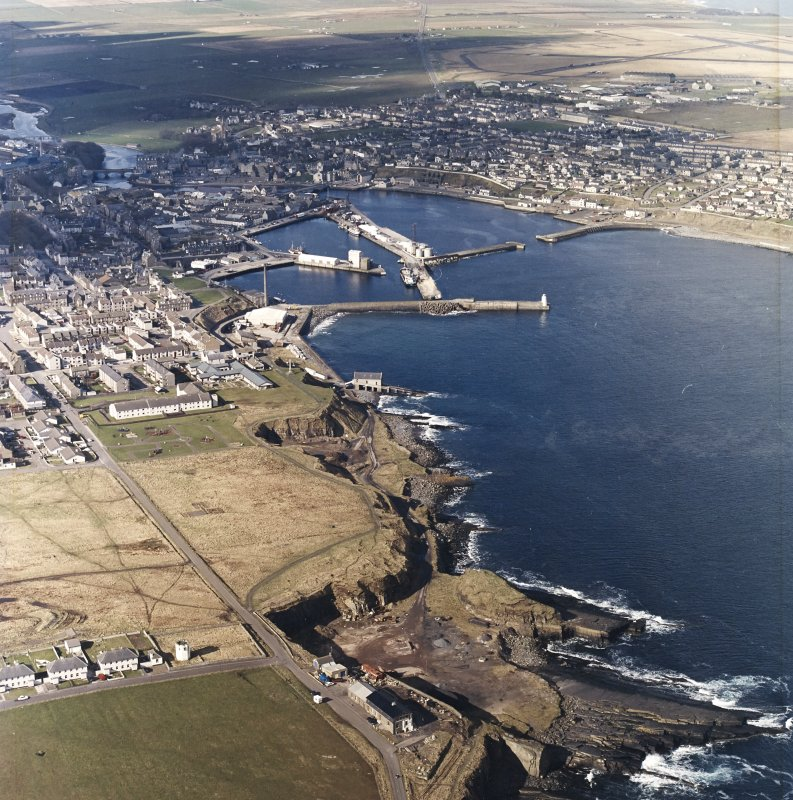 General oblique aerial view centred on the harbour and the town, taken from the E.