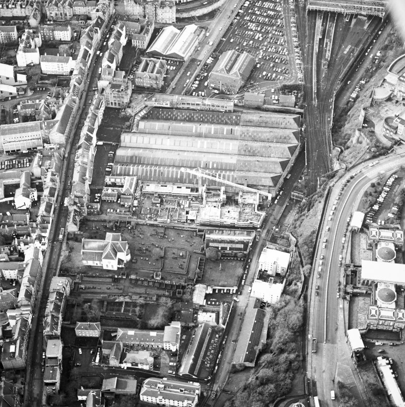 Oblique aerial view centred on the development of Tolbooth Wynd with the church and graveyard adjacent, taken from the NE.