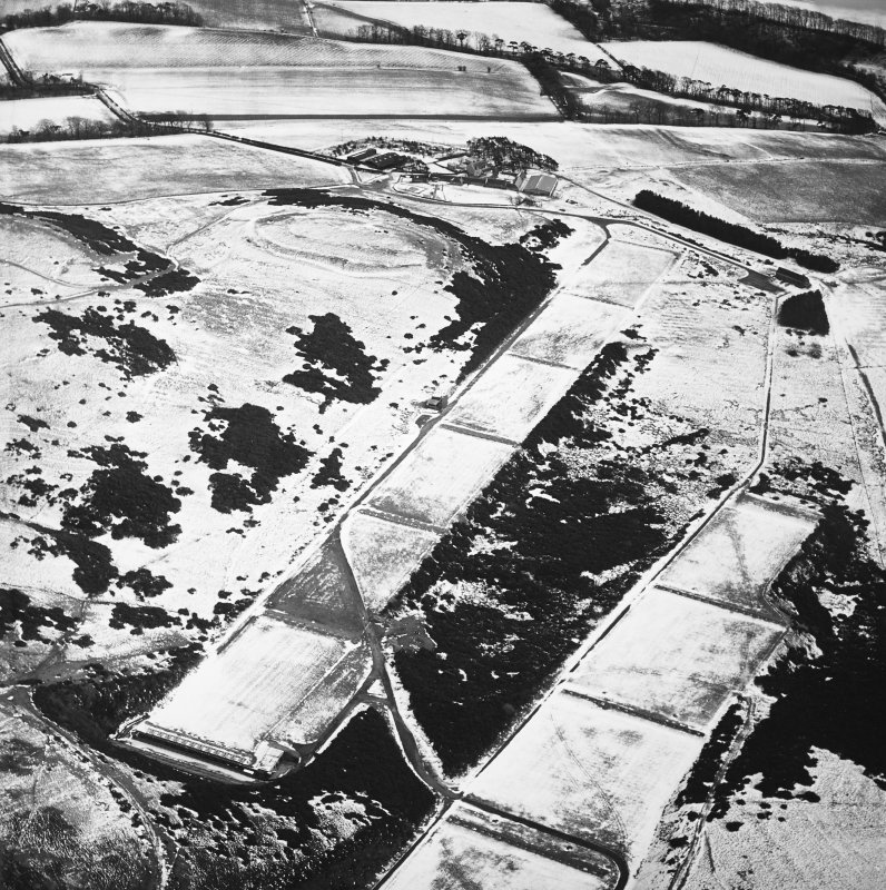 Oblique aerial view centred on the rifle range with the farmhouse and farmsteading and the remains of the fort, trenches and rig adjacent, taken from the NW.