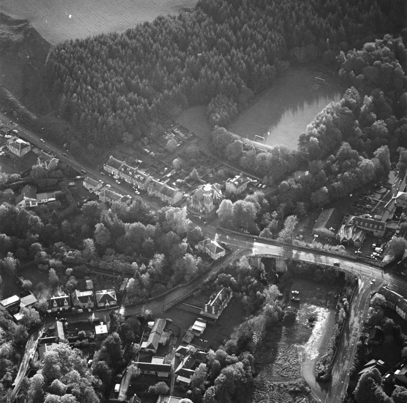 Oblique aerial view of Penicuik, Peebles Road, Penicuik Free Church centred on church with road bridge adjacent, taken from the E.