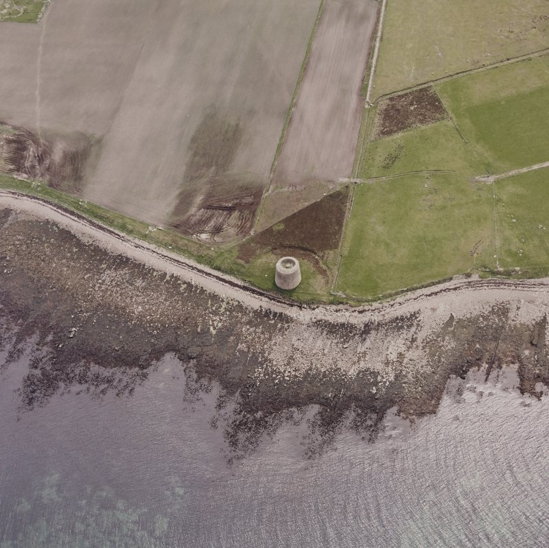 Hoy, Crockness, oblique aerial view, taken from the NE, centred on the Martello Tower. A curving linear soilmark is visible in the top half of the photograph.