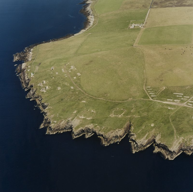 Oblique aerial view of Orkney, South Ronaldsay, Hoxa Head, First World War coastal battery and the Second World War Balfour Battery taken from the SW.  Also visible are the concrete hut bases of the accommodation camp.
