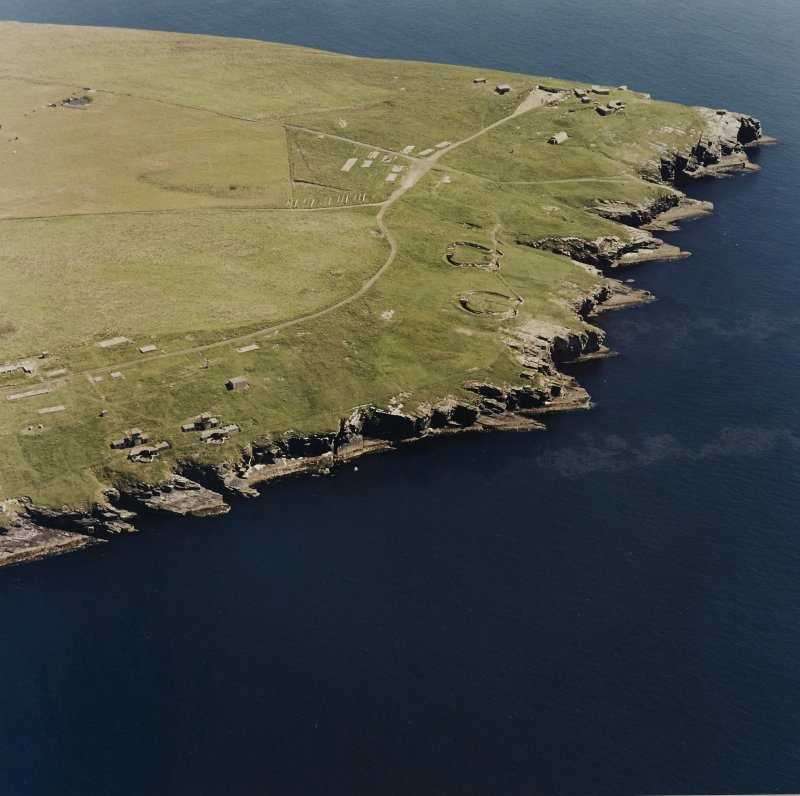 Oblique aerial view of Orkney, South Ronaldsay, Hoxa Head, First and Second World War coastal batteries and the Second World War Balfour Battery taken from the NW.  Also visible are the concrete hut bases of the accommodation camp.