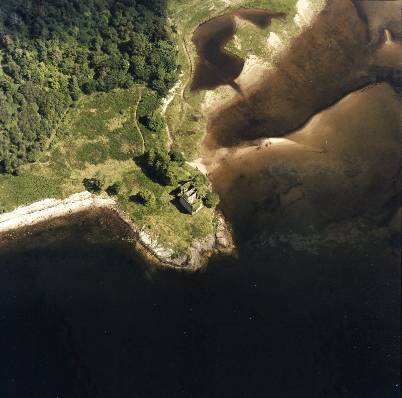 Oblique aerial view centred on the remains of the castle, taken from the W.