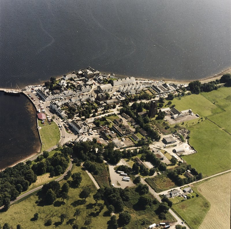Oblique aerial view centred on the town of Inveraray, taken from the NW.