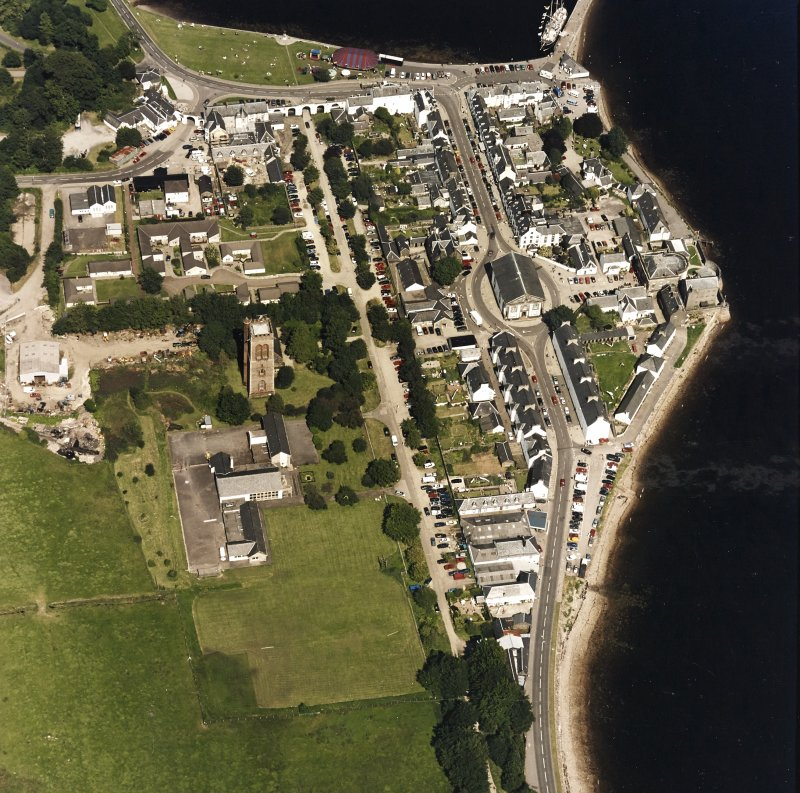 Oblique aerial view centred on the town of Inveraray, taken from the SW.