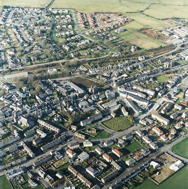 General oblique aerial view centred on the SE area of the town, taken from the SSE.