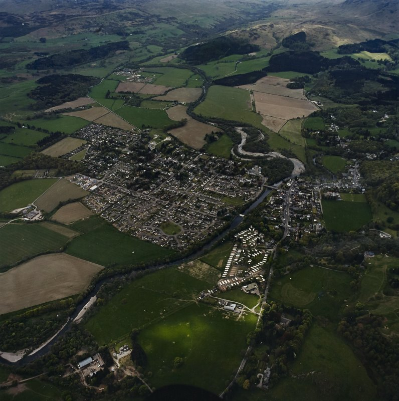 Oblique aerial view centred on the town and village with the military camp adjacent, taken from the NE.